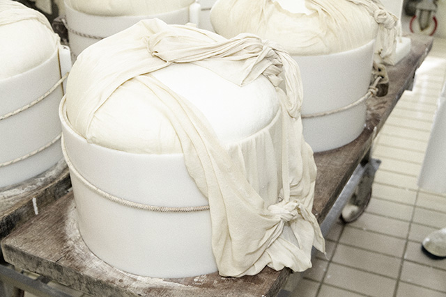 VenditaParmigiano.it - Viene poi inserita una fascia che inciderà sulla circonferenza la puntinatura con il nome Parmigiano Reggiano, la matricola del caseificio e il mese di produzione