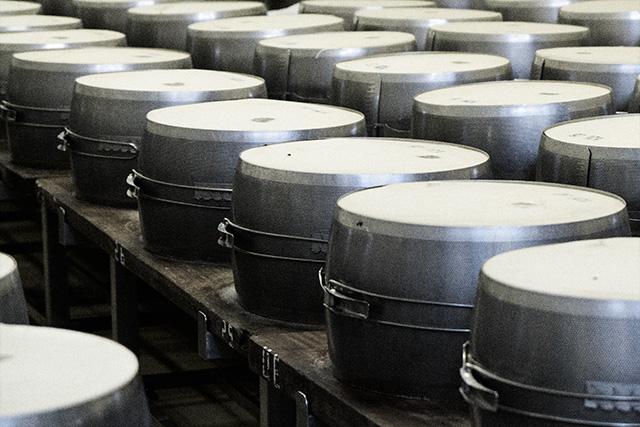 VenditaParmigiano.it - Le forme vengono poi posizionate in apposite fasce metalliche che danno alla forma il suo tipico aspetto di cilindro bombato.